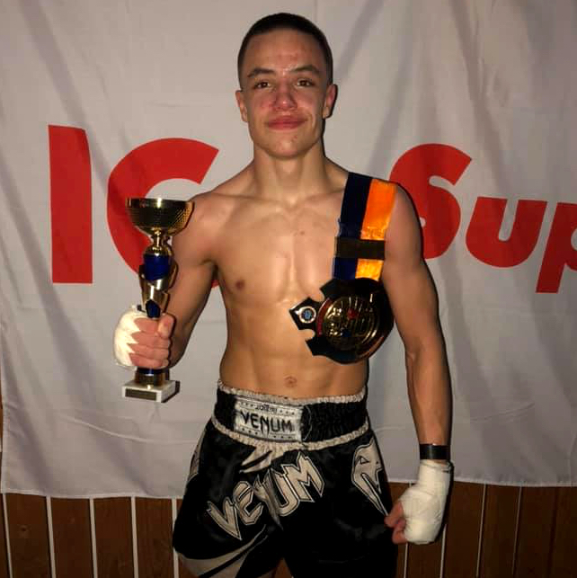 Vår klient Gabriel Andersson tog J-SM guld i thaiboxning. På bilden poserar han med medaljen.